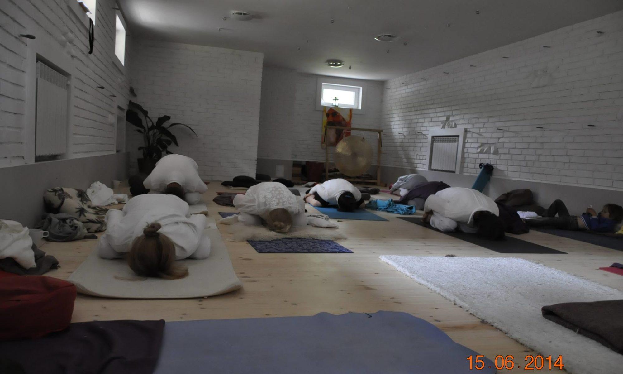 biały w praktyce jogi